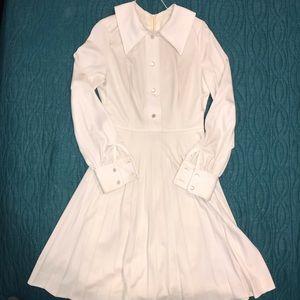 Vintage white dress.  No tag.  It's a mystery. ❤️